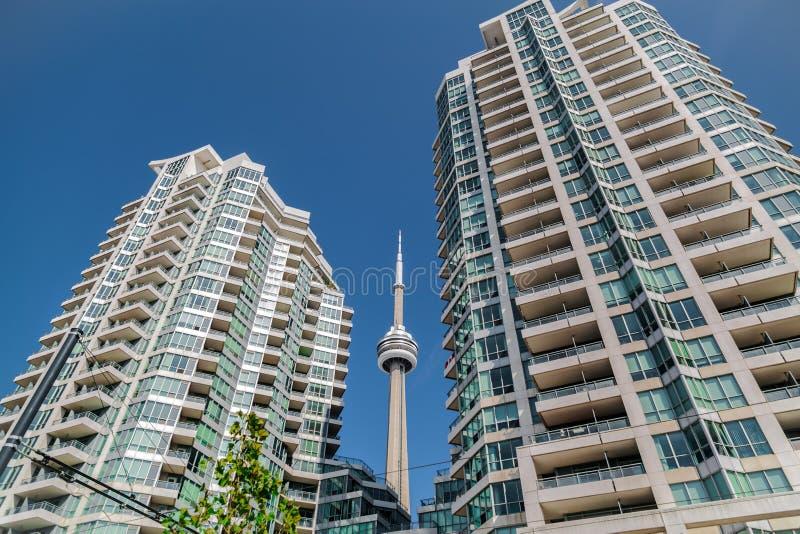 hermosa vista de los edificios de invitación modernos de la propiedad horizontal con la torre del NC en medio contra fondo profun fotos de archivo