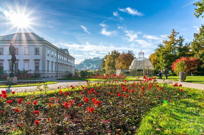 Hermosa vista de los jardines famosos de Mirabell con la fortaleza histórica vieja Hohensalzburg en Salzburg, Austria fotos de archivo libres de regalías