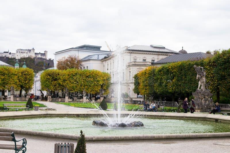 Hermosa vista de los jardines famosos de Mirabell con la fuente imagenes de archivo
