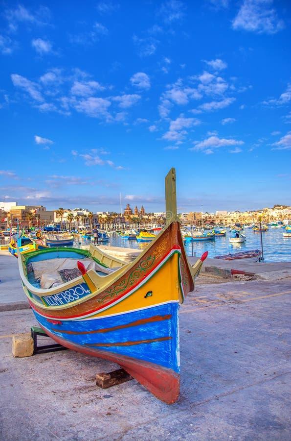 Hermosa vista de los tradicionales barcos de colores Luzzu, Malta foto de archivo libre de regalías