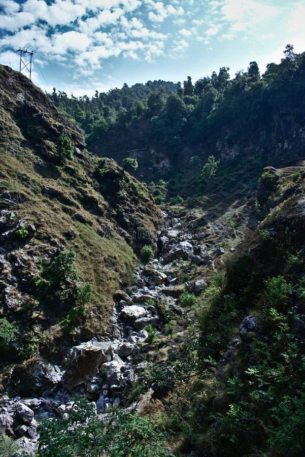 Hermosa vista de montañas y de rocas por la mañana imagen de archivo