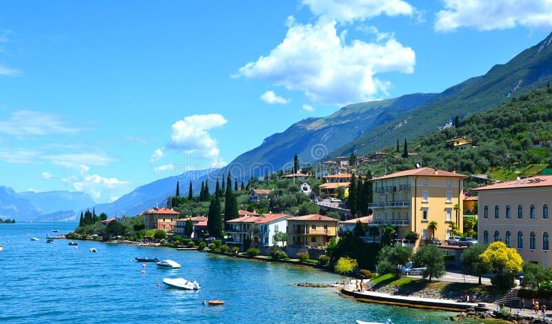 Hermosa vista de Riva del Garda, del terraplén, de los cafés y de los restaurantes Lago Garda, región Lombardia, Italia imagen de archivo