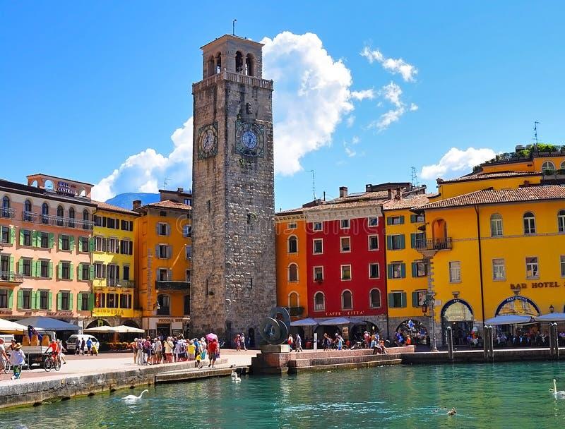 Hermosa vista de Riva del Garda, del terraplén, de los cafés y de los restaurantes Lago Garda, regione famoso Lombardia, Italia imagen de archivo