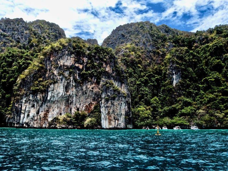 Hermosa vista de rocas y del mar en una isla en Tailandia Phuket Viajes foto de archivo libre de regalías
