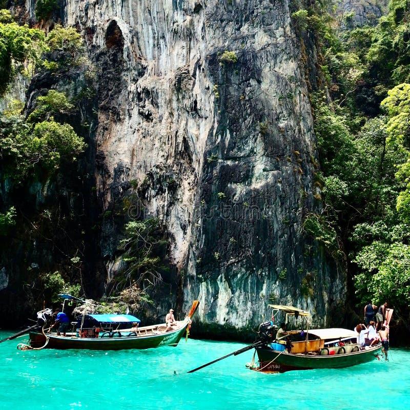 Hermosa vista de rocas y del mar en una isla en Tailandia Phuket Viajes fotografía de archivo libre de regalías