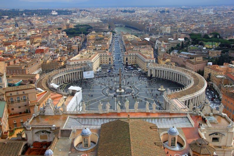 Hermosa vista de Roma y de St Peters Square de la bóveda de la basílica de San Pedro en Roma en Italia fotografía de archivo libre de regalías