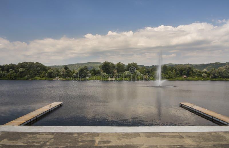 Hermosa vista de Silver Lake con dos embarcaderos y fuentes de madera foto de archivo libre de regalías