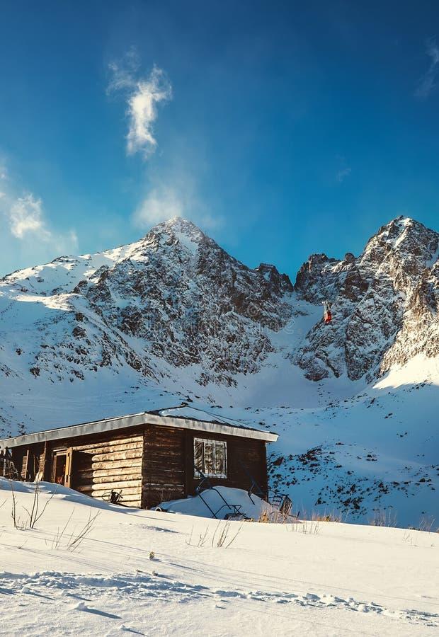Hermosa vista de Ski Resort de las montañas de Tatra en ingenio de los picos de montañas imagen de archivo libre de regalías