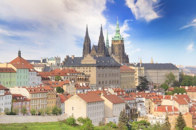Hermosa vista de St Vitus Cathedral, castillo de Praga y de Mala Strana en Praga, República Checa imagen de archivo libre de regalías