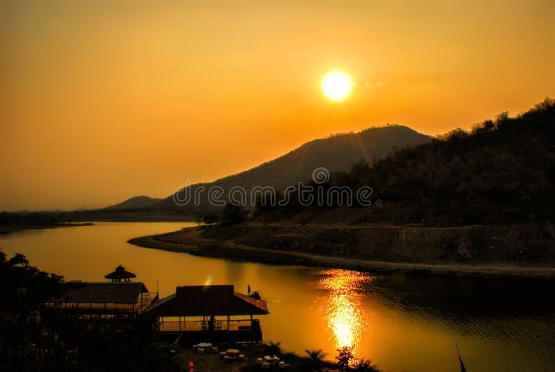 Hermosa vista de un río de la montaña en la puesta del sol en Kanchanaburi, Tailandia fotos de archivo libres de regalías