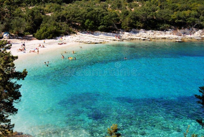 Hermosa vista de una playa con las rocas y agua de la turquesa fotografía de archivo