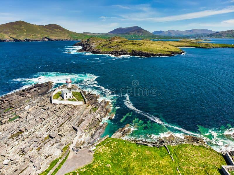 Hermosa vista de Valentia Island Lighthouse en el punto de Cromwell Ubicaciones digno de visitar en la manera atlántica salvaje fotos de archivo