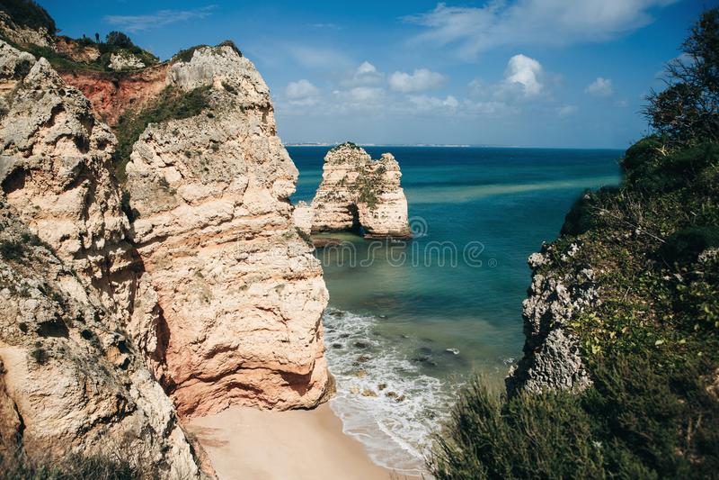 Hermosa vista del agua del azul o de la turquesa del Océano Atlántico al lado de las rocas imágenes de archivo libres de regalías