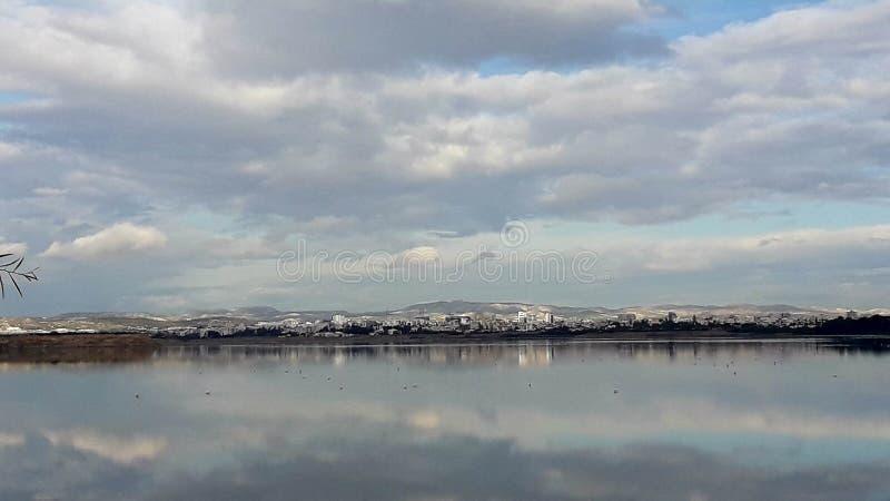 Hermosa vista del agua del cielo nublado de la reflexión de Larnaca Chipre del lago salt fotos de archivo libres de regalías