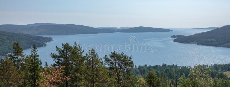 Hermosa vista del archipiélago, de montañas, del bosque y del mar Skule fotografía de archivo libre de regalías
