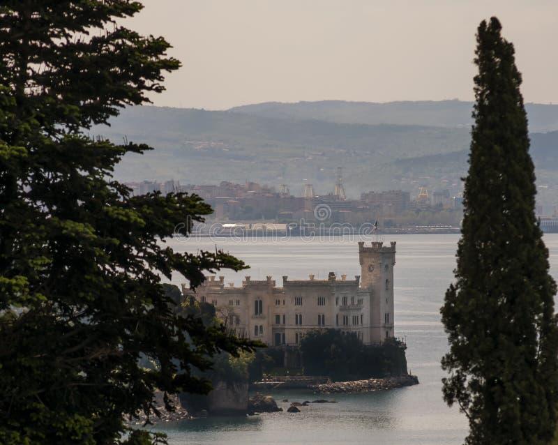 Hermosa vista del castillo de Miramare y de la ciudad de Trieste, Friuli Venezia Julia, Italia foto de archivo