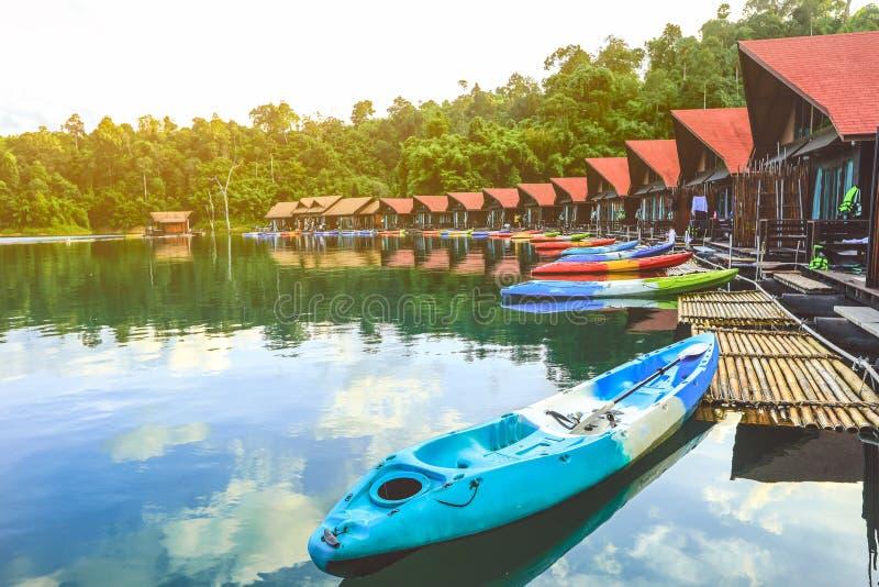 Hermosa vista del centro turístico flotante de Pair500rai en la presa de Ratchaprapa imagen de archivo libre de regalías