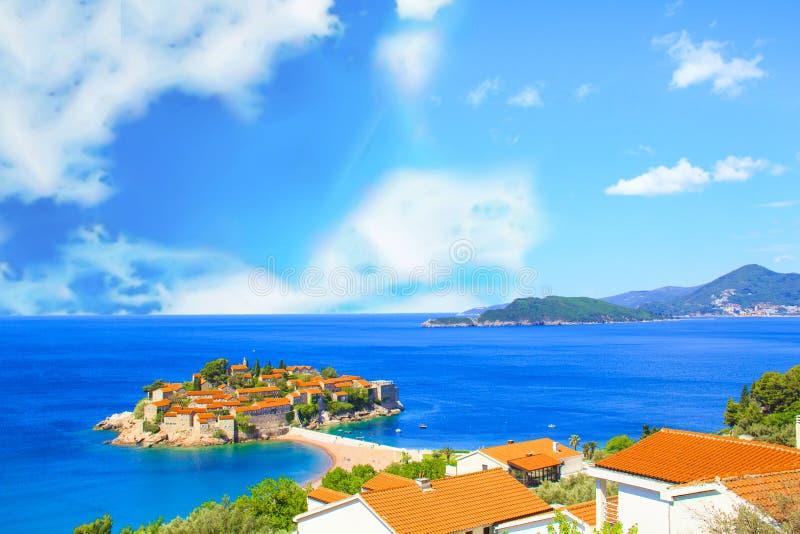 Hermosa vista del centro turístico isleño de St Stefan Sveti Stefan en el Budva Riviera, Budva, Montenegro foto de archivo