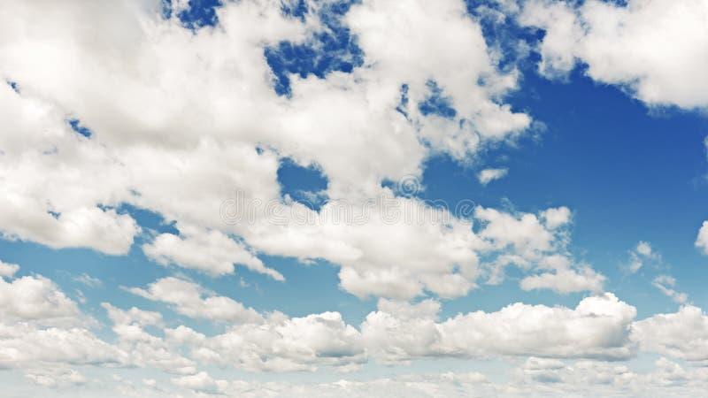 Hermosa vista del cielo azul y de nubes hermosas. fotografía de archivo