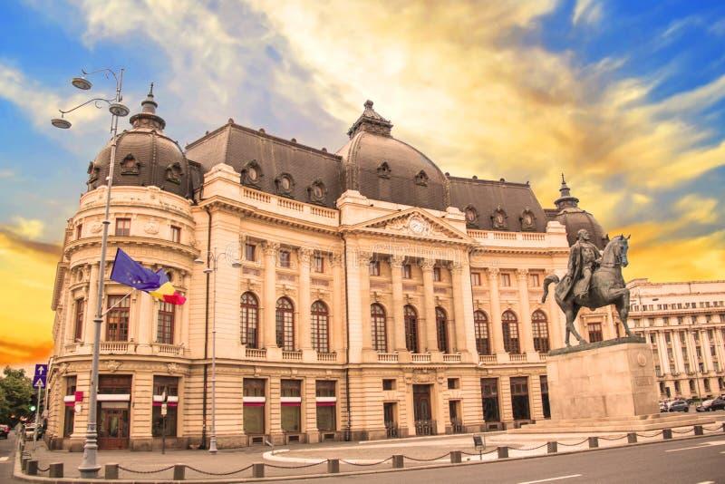 Hermosa vista del edificio de la biblioteca de universidad central con el monumento ecuestre a rey Karol I en Bucarest, Rumania imagen de archivo