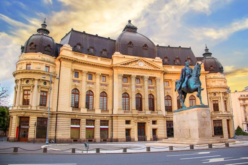 Hermosa vista del edificio de la biblioteca de universidad central con el monumento ecuestre a rey Karol I en Bucarest, Rumania foto de archivo libre de regalías