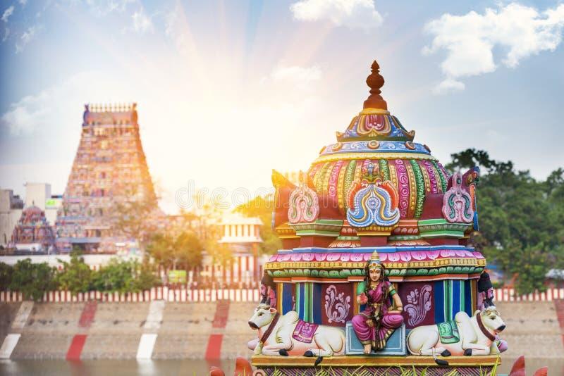 Hermosa vista del gopura colorido en el Kapaleeshwarar hindú Te fotos de archivo