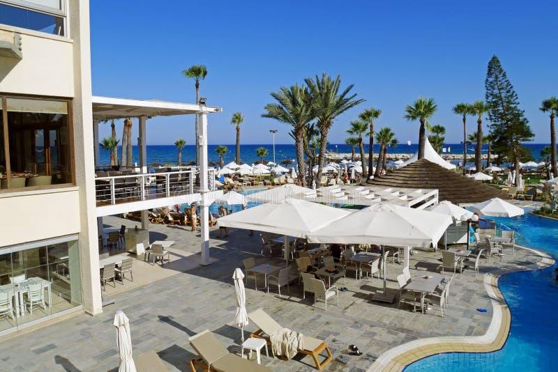 Hermosa vista del hotel de oro de la playa de la bahía, Larnaca, CHIPRE fotos de archivo