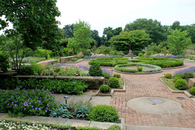 Hermosa vista del jardín colorido con los céspedes manicured, Cleveland Botanical Gardens, Ohio, 2016 imágenes de archivo libres de regalías