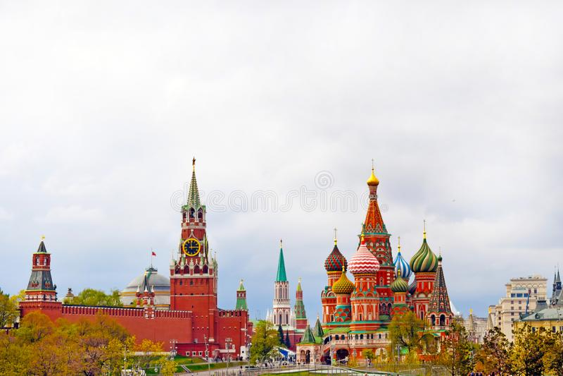 Hermosa vista del Kremlin, de la catedral de la albahaca del St y de la Plaza Roja Centro de ciudad Copie el espacio fotos de archivo