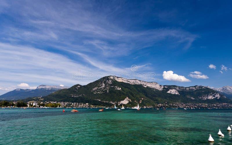 Hermosa vista del lago Annecy en las montañas francesas, en un día de verano H imagen de archivo