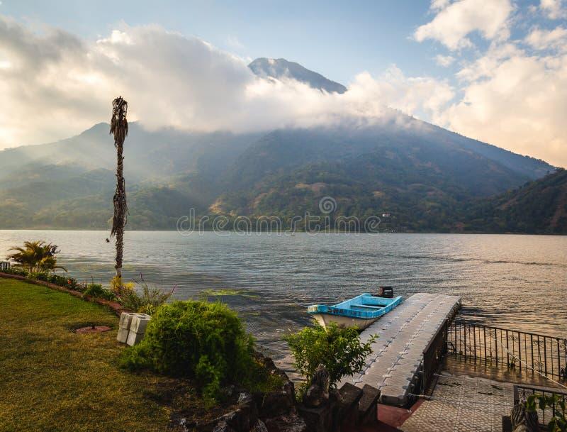 Hermosa vista del lago Atitlan, Guatemala fotos de archivo