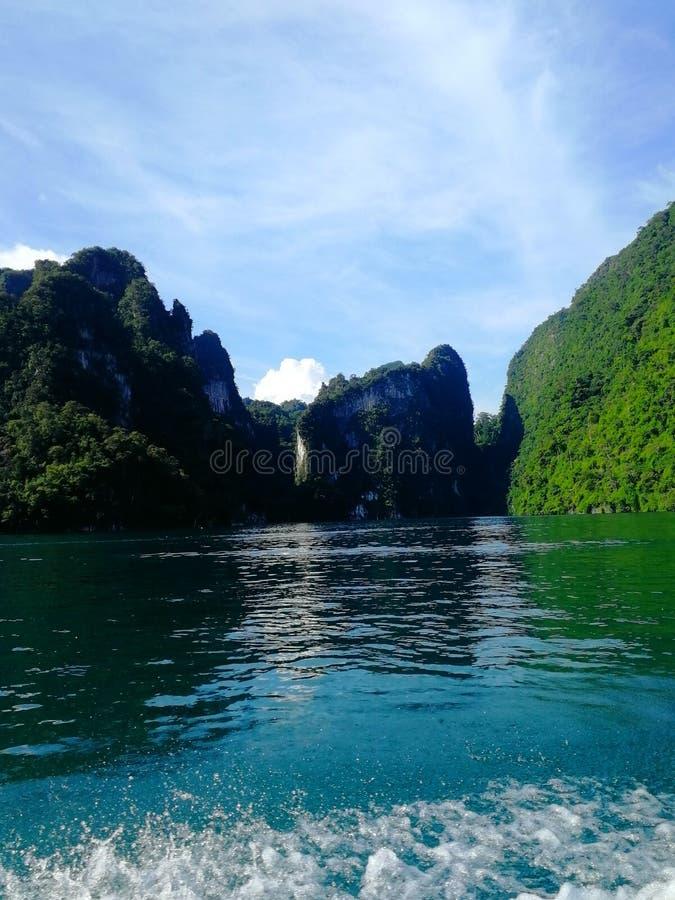Hermosa vista del lago del kaosok a las rocas que se pegan fuera del agua fotos de archivo libres de regalías