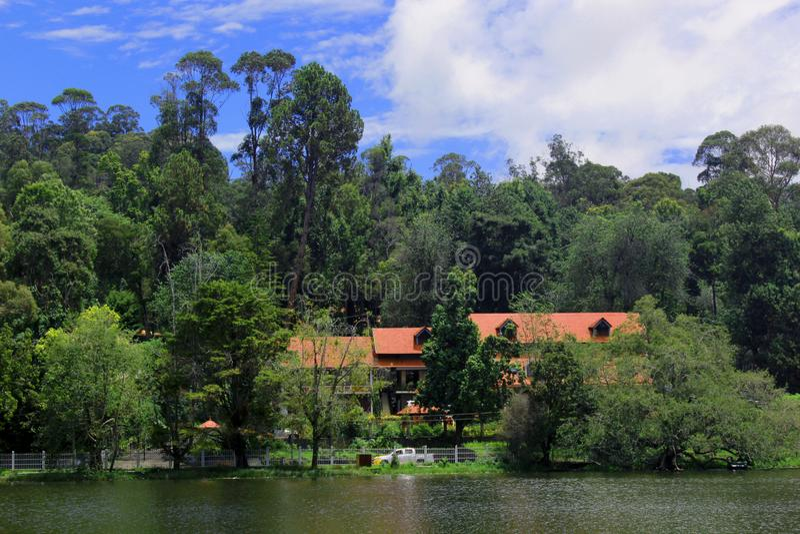 Hermosa vista del lago del kodaikanal con las casas fotografía de archivo