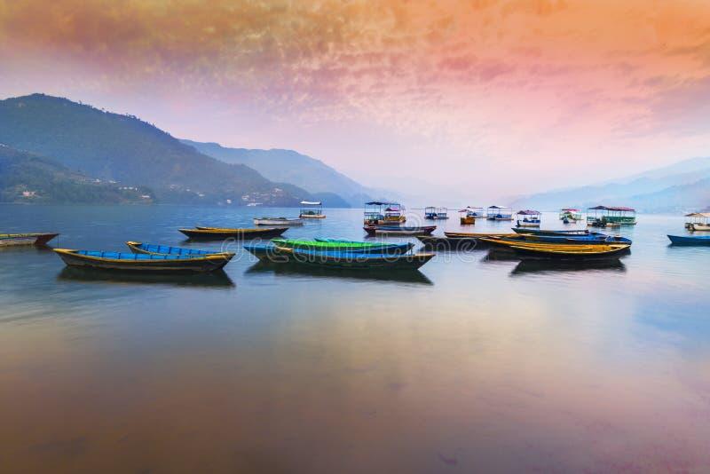 Hermosa vista del lago Phewa después de la puesta del sol en Pokhara fotografía de archivo libre de regalías