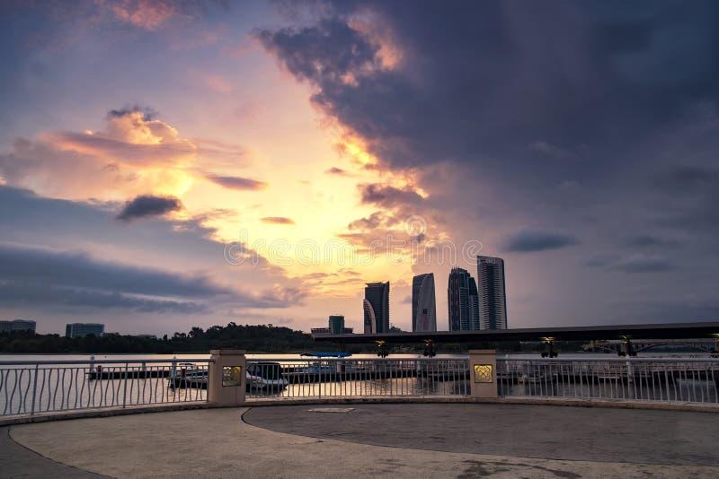 Hermosa vista del lago putrajaya situada en Malasia sobre stunni fotografía de archivo libre de regalías