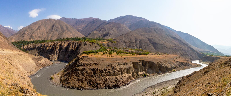 Hermosa vista del lago Yashikul en Pamir en Tayikistán foto de archivo
