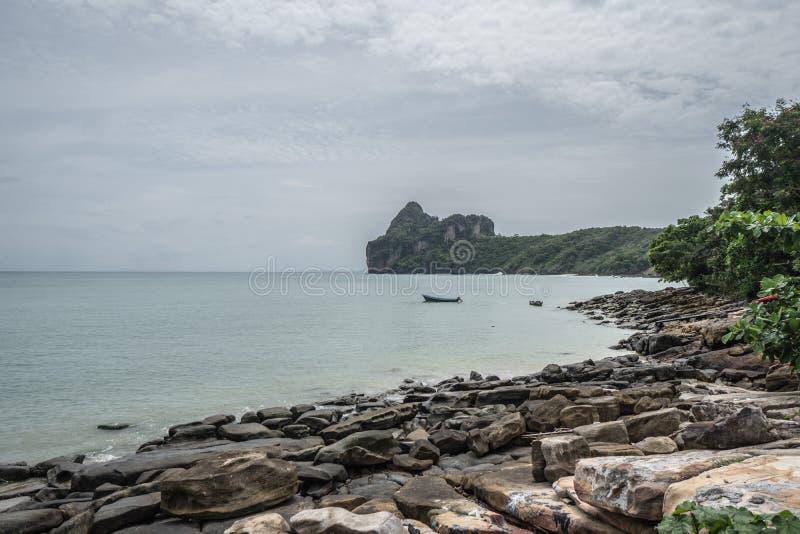 Hermosa vista del mar y de rocas de la isla tropical, Phi Phi, Tailandia fotos de archivo libres de regalías