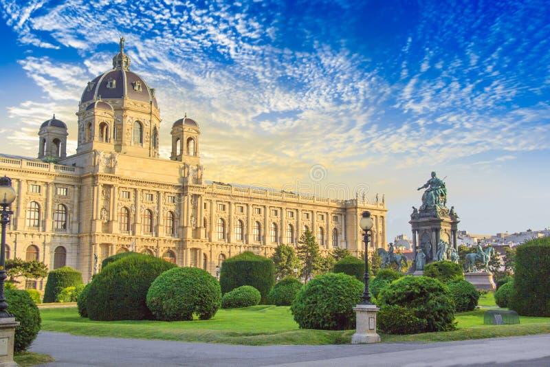 Hermosa vista del museo de Art History y del monumento de bronce de la emperatriz Maria Theresa en Viena, Austria foto de archivo