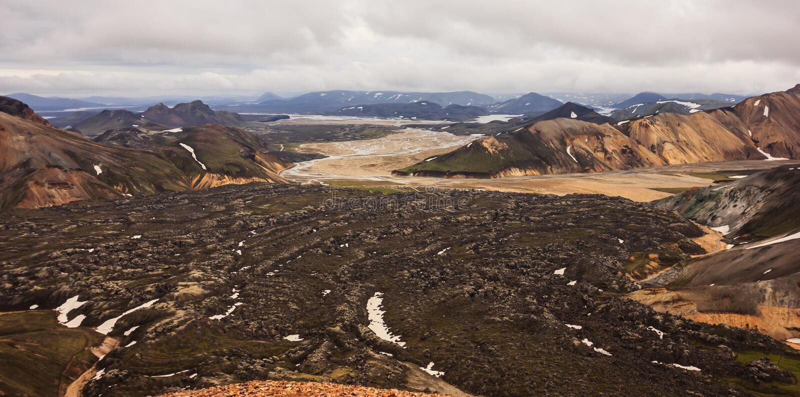 Hermosa vista del paisaje colorido del cráter del parque nacional de Landmannalaugar con el fondo de las cordilleras, Landmannala fotografía de archivo