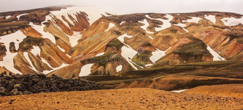Hermosa vista del paisaje colorido del parque nacional de Landmannalaugar con el fondo de las cordilleras, Landmannalaugar, Westf imagen de archivo