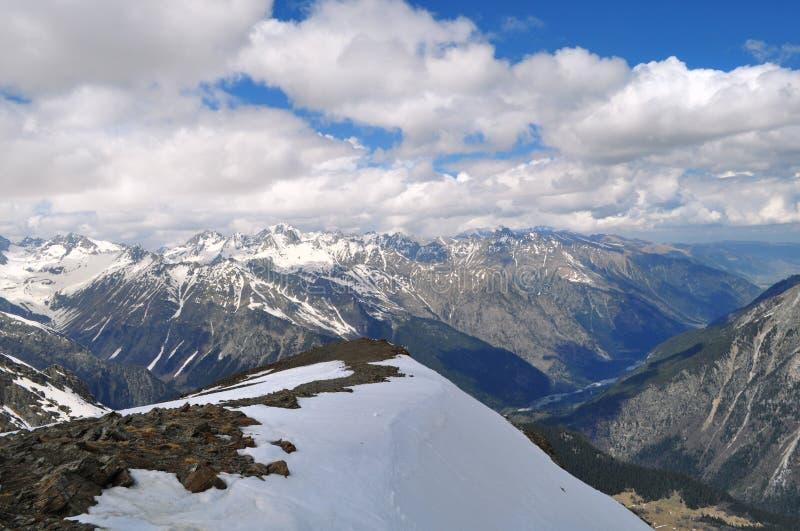 Hermosa vista del paisaje de la montaña: cordilleras, nubes blancas fotografía de archivo libre de regalías
