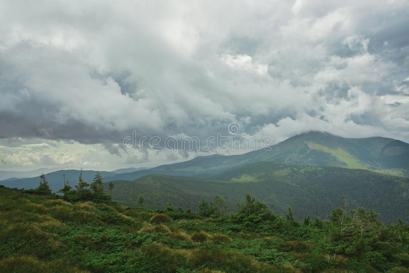 Hermosa vista del paisaje de las montañas Canto de la montaña de Chornohora de cuestas de la montaña de Hoverla fotos de archivo