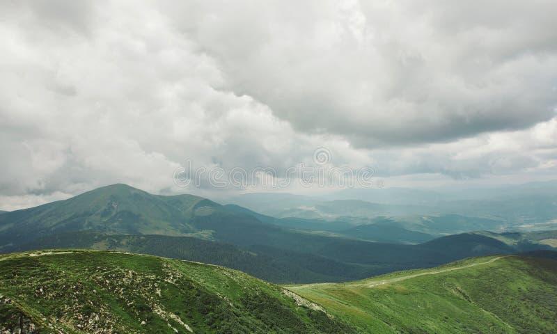 Hermosa vista del paisaje de las montañas Canto de la montaña de Chornohora de cuestas de la montaña de Hoverla foto de archivo