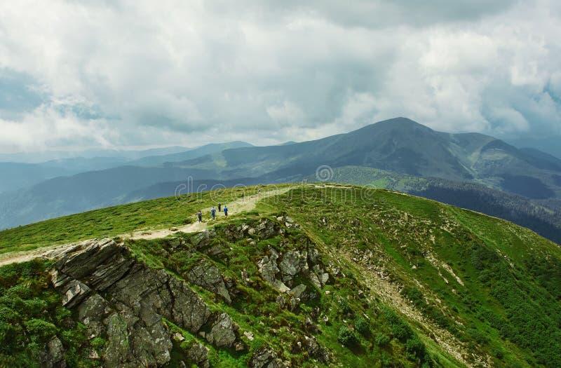 Hermosa vista del paisaje de las montañas Canto de la montaña de Chornohora de cuestas de la montaña de Hoverla fotos de archivo libres de regalías