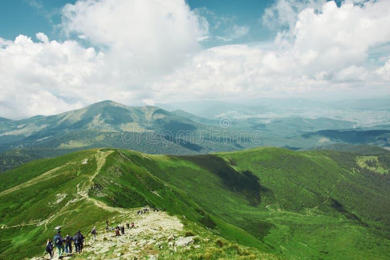 Hermosa vista del paisaje de las montañas Canto de la montaña de Chornohora y grupo grande de turistas de cuestas de Hoverla imagenes de archivo