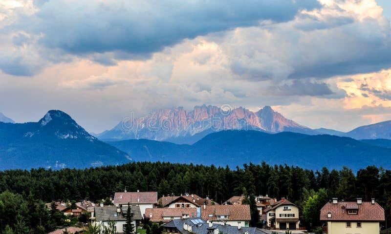 Hermosa vista del paisaje idílico de la montaña en las dolomías con el pueblo de montaña famoso en luz de igualación de oro hermo imagenes de archivo