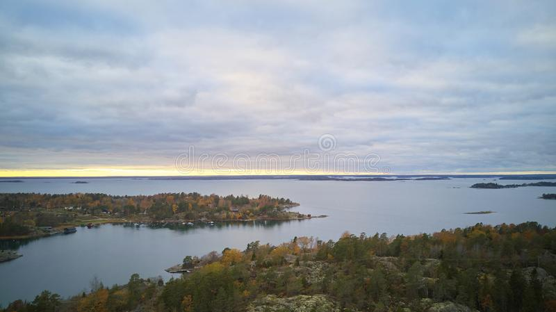 Hermosa vista del paisaje sueco clásico desde arriba foto de archivo