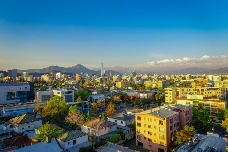 Hermosa vista del paisaje urbano de Santiago de Chile en la puesta del sol foto de archivo libre de regalías