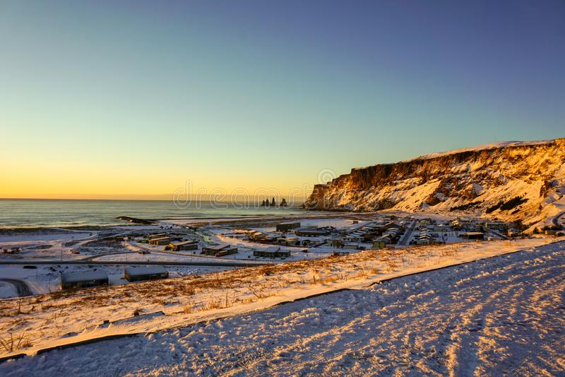 Hermosa vista del pequeño pueblo de Vik yo Myrdal en invierno de Sunny Morning Sunrise In The foto de archivo
