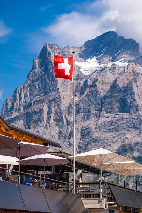 Hermosa vista del pico y de la bandera suiza, Grindelwald Suiza de Wetterhorn imagen de archivo libre de regalías